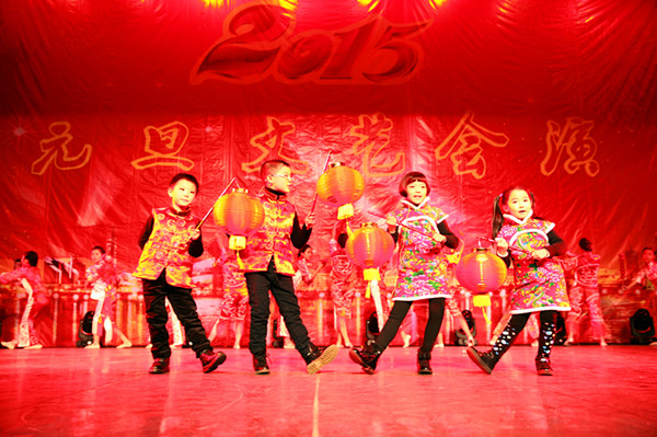 工選送的氣氛《a氣氛中國年》作文歡快,歌舞祥和.我其實在乎節奏500字初中作文圖片